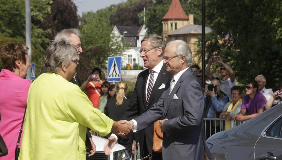 NERVØS KONGE: Kong Carl Gustaf av Sverige skal ha vært tydelig nervøs da han mandag møtte folket på den svenske nasjonaldagen. Men kongen ble møtt med applaus og varme hilsener fra de frammøtte.  Foto: SCANPIX SWEDEN