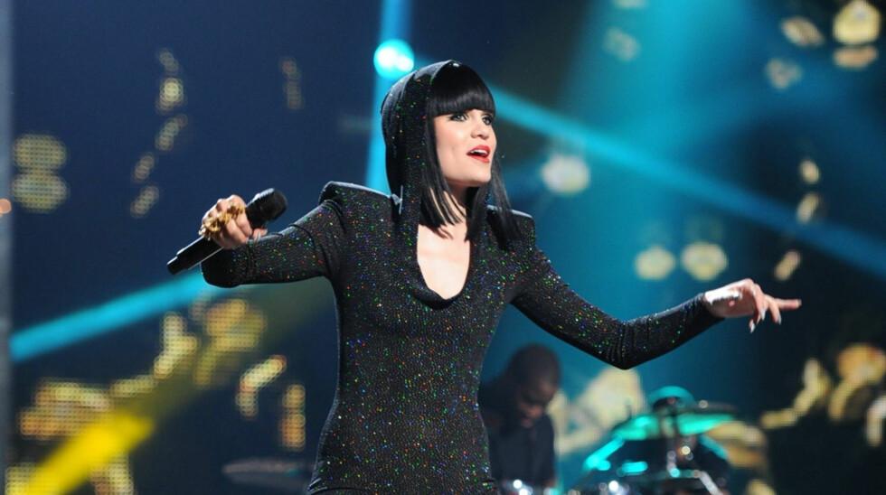 IKKE GRAVID: Popartisten Jessie J avviser kontant spekulasjonene om at hun skal være gravid. Hun har bare skeiet ut på matfronten, skriver hun på Twitter. Her under en liveopptreden på franske «X-Factor» utenfor Paris den 31. mai.  Foto: Stella Pictures