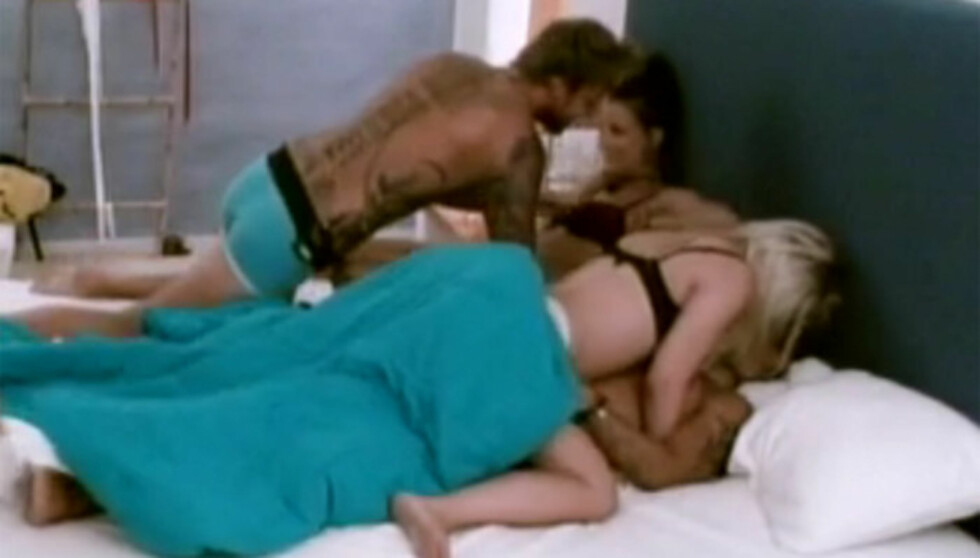 FLASHBACK: Flere av deltakerne havner til sengs i nest siste episode av «Paradise Hotel». Men Bianca Klemetsen (med ryggen til) husker ikke hvem det var hun flørtet med i kameraene. Foto: TV3