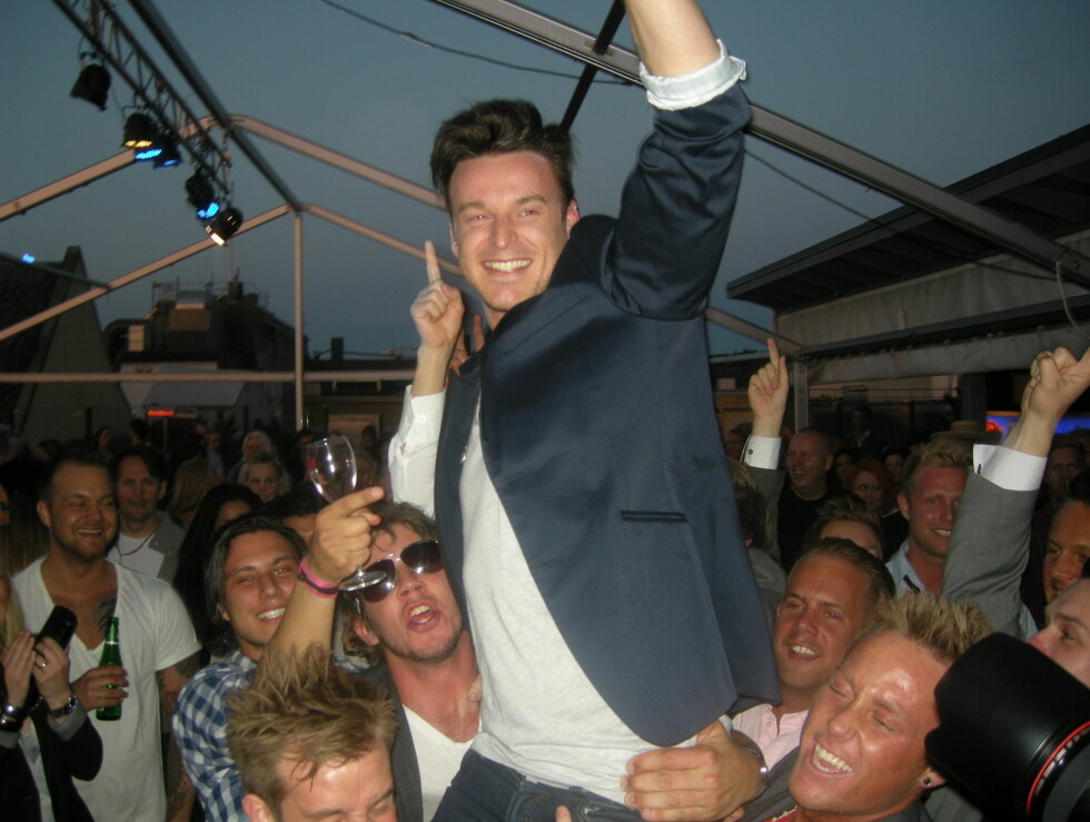 PÅ GULLSTOL: Drammenspatrioten Niklas Vindel ble båret på gullstol av kameratene fra hjembyen, etter at seieren var sikret. Foto: Sølve Hindhamar, Seher.no