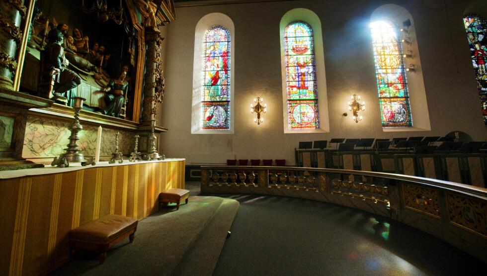 <strong>SIMULERTE SEX:</strong> Aksjonister simulerte torsdag sex ved alteret i Oslo Domkirke for å hylle Einar Gelius. Gelius selv er ikke spesielt glad for akkurat det. Foto: SCANPIX