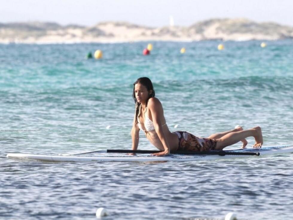 <strong>GODE PLANER:</strong> «Lost»-stjernen var fast bestemt på å imponere vennene på land, da hun prøvde å stå oppreist på et surfebrett utenfor den spanske øya Formentera. Foto: Stella Pictures