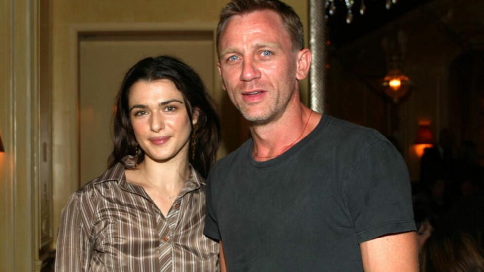 GIFT I SKJUL: Det ferske skuespillerparet Rachel Weisz og Daniel Craig har giftet seg - i en hemmelig seremoni i New York onsdag denne uken. Paret innledet et forhold i fjor, men de to har vært venner i flere år. Her avbildet sammen i 2004.   Foto: All Over Press