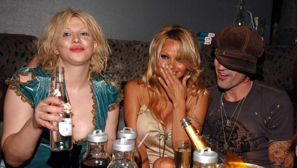 <strong>DRITT LEI:</strong> - Jeg har blitt portrettert som en narko-freak i flere år, og er lei av det. Livet mitt er ikke slik nå til dags, jeg er til behandling og tar ikke narkotaika lenger, sier Courtney Love, som her er avbildet sammen med Pamela Anderson og Tommy Foto: All Over Press