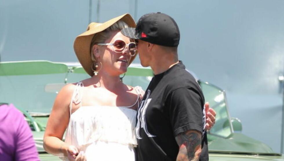 BLE FORELDRE: Popartisten Pink og hennes ektemann Carey Hart ble torsdag foreldre til datteren Willow. Foto: Stella  Pictures