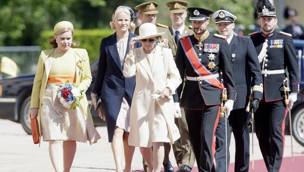 <strong>I SORG:</strong> Dronning Sonja sammen med storhertuginne Maria Teresa (til venstre), og kronprins Haakon sammen med kronprinsesse Mette-Marit under statsbesøk fra Luxembourg på slottsplassen i Oslo mandag.  Foto: SCANPIX