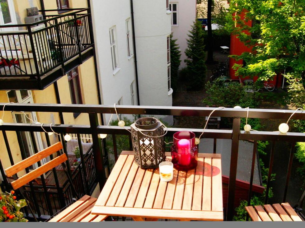 BALKONG: Leiligheten ligger i 3. etasje, og har blant annet et liten balkong. Foto: Foto: Alejandro Villanueva / Invisio