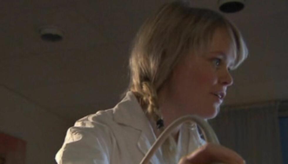PÅ TV IGJEN: Julie, kjent fra denne vårens «Farmen» dukket torsdag i forrige uke opp i «Hotel Cæsar». Episoden sendes i reprise mandag. Foto: TV 2