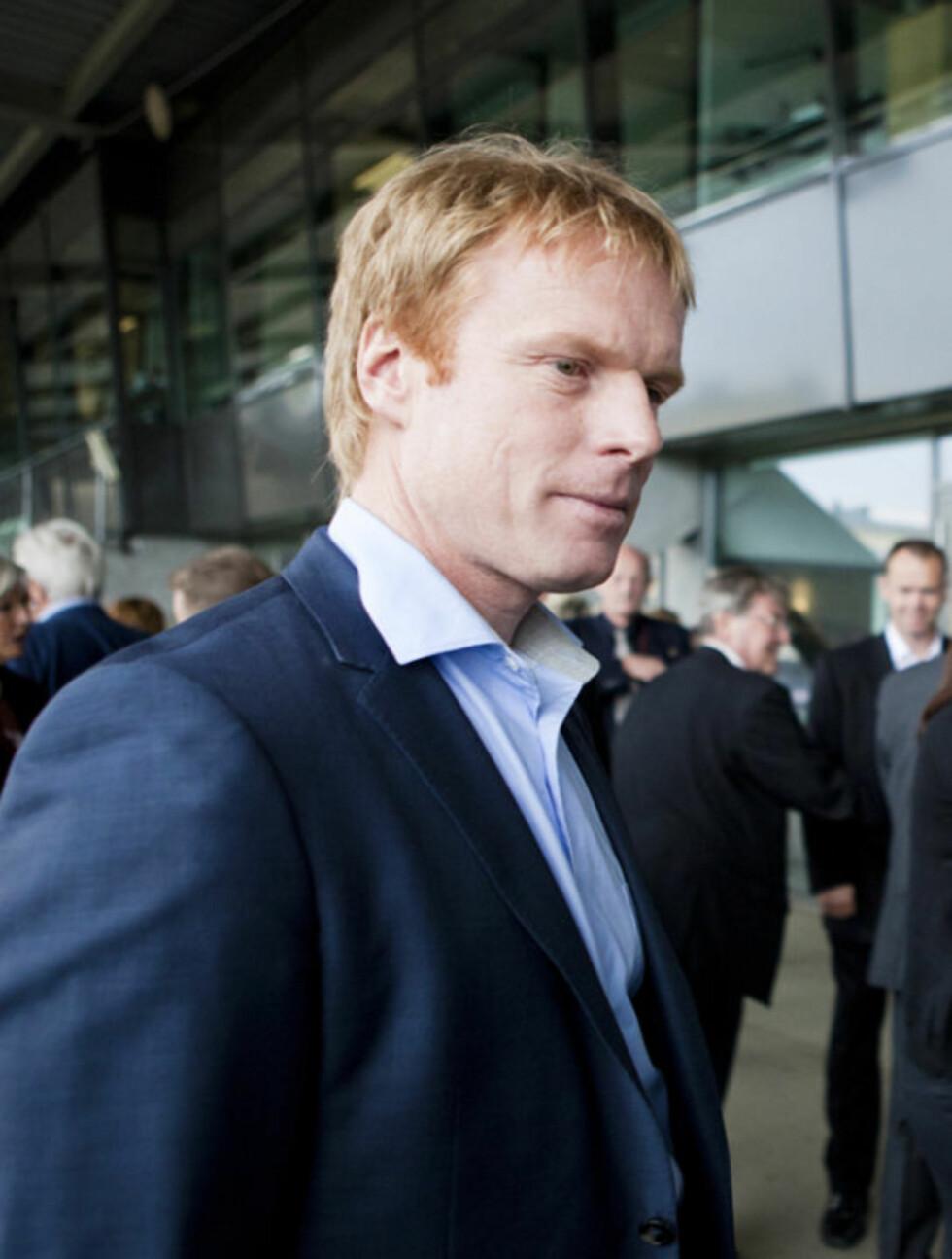 TIL STEDE: Bjørn Dæhlie snakket med Jack Waitz etter minnesmarkeringen for Grete Waitz på Bislett Stadion i Oslo onsdag. Foto: Scanpix