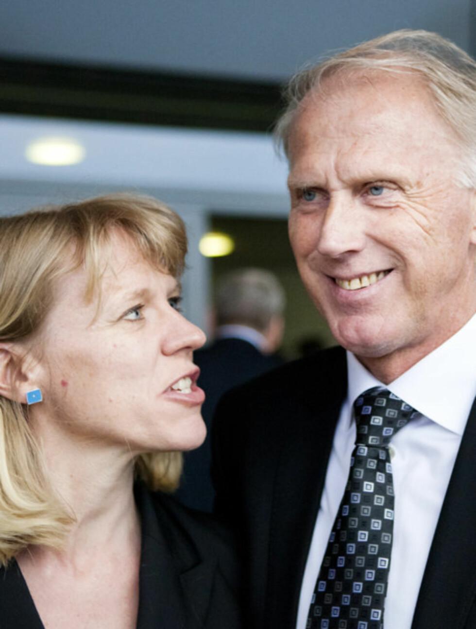 DELTOK: Kulturminister Anniken Huitfeldt (t.v) og Oddvar Brå avbildet etter minnesmarkeringen onsdag. Foto: Scanpix
