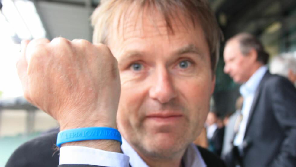 ENGASJERT: NRKs Dag Erik Pedersen er ambassadør for både Aktiv mot kreft - Grete Waitz' egen stiftelse, og Kreftforeningen. Her viser han frem sitt Aktiv mot kreft-armbån på onsdagems minnemarkering over Grete Waitz.  Foto: Hedda Fannemel Espeli, Seher.no