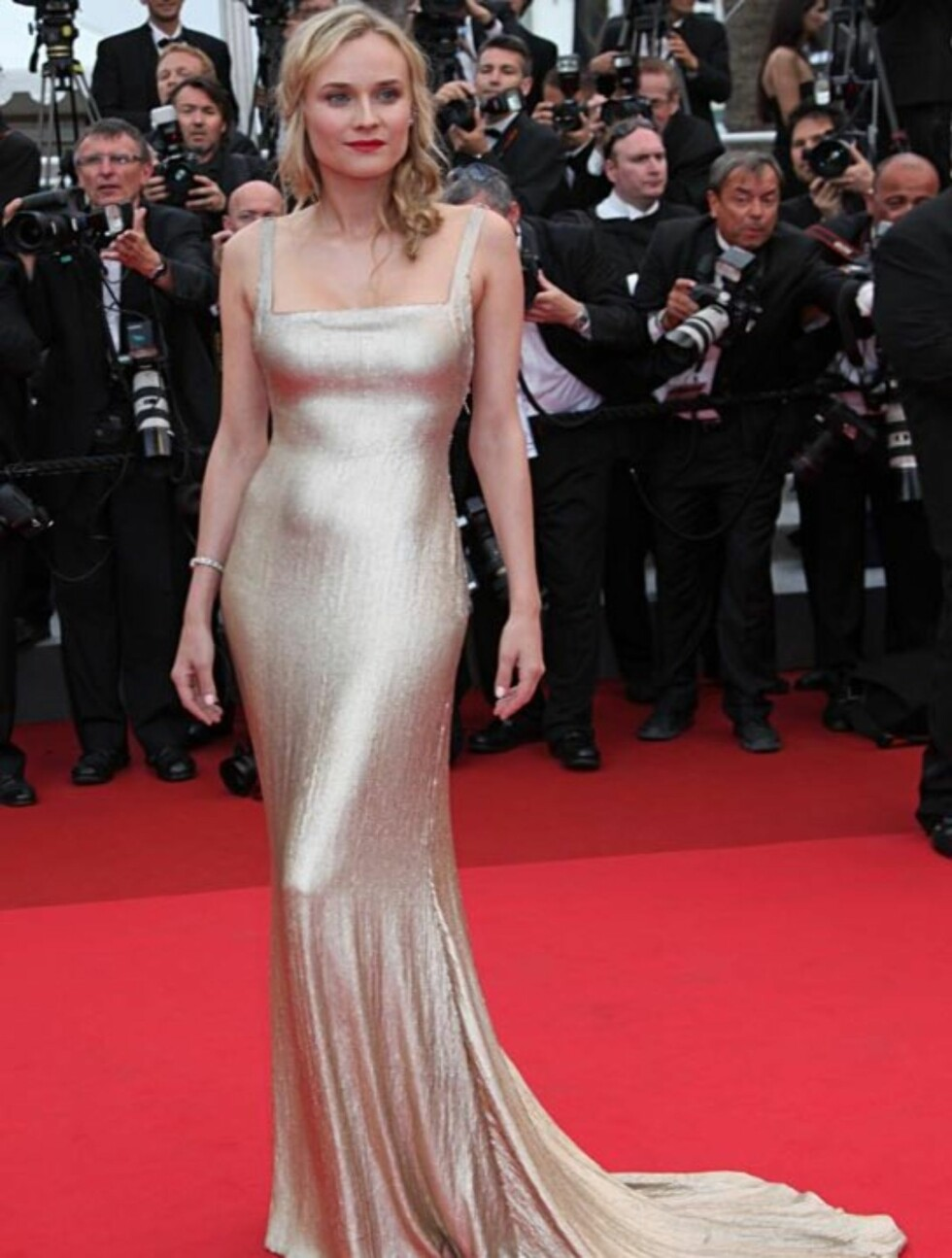 SLINKY SKJØNNHET: Skuespiller Diane Kruger imponerte i en metallisk Calvin Klein-kjole på vei inn til «Sleeping Beauty»-visningen.   Foto: Stella  Pictures