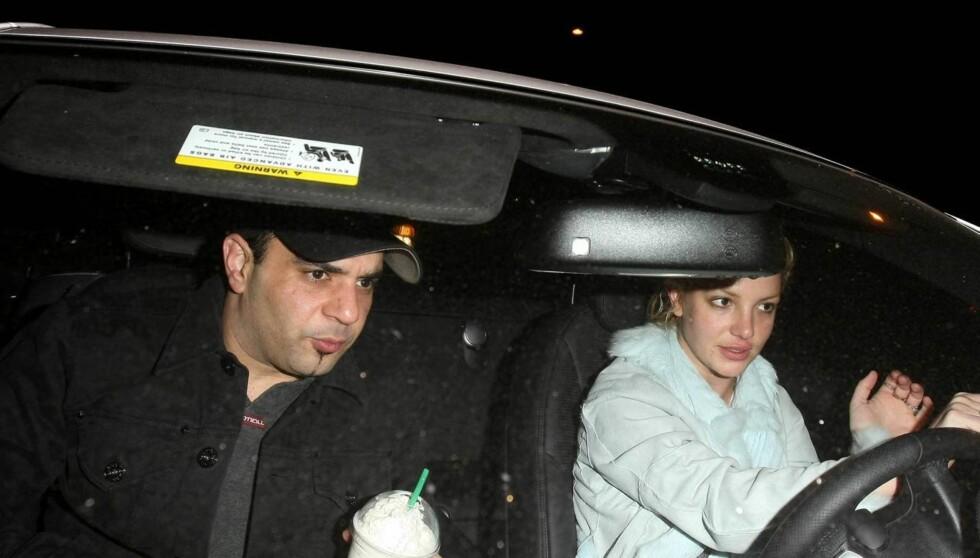 <strong>BESØKSFORBUD:</strong> Britneys eks-manager Sam Lufti (t.v.) har forbud mot å nærme seg popstjernen.  Nå har han saksøkt Britneys mor etter at hun beskyldte ham for å ha dopet ned Britney etter hennes sammenbrudd i 2008. Foto: Stella Pictures