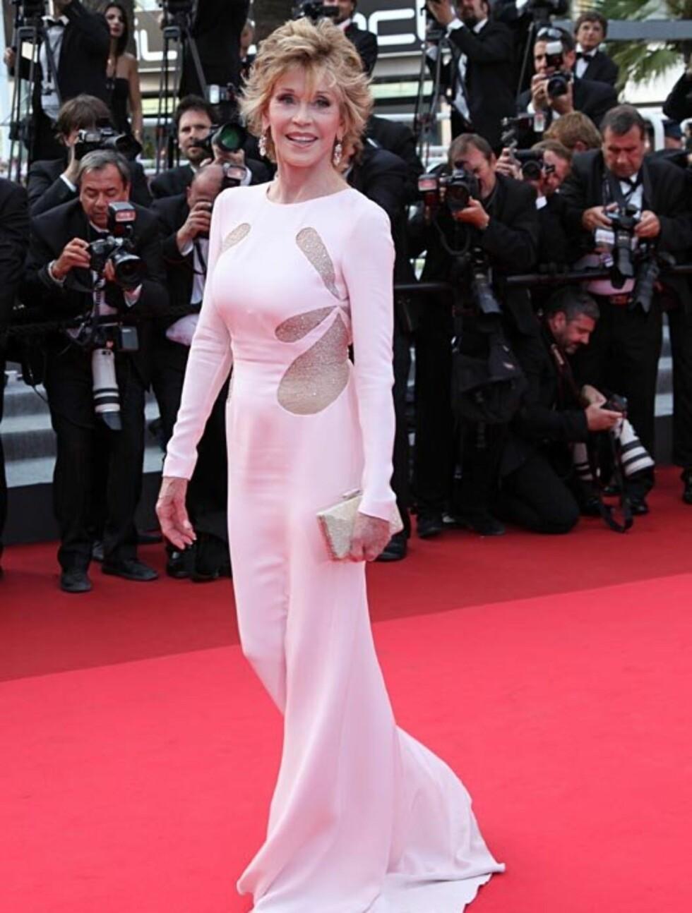 WOW: Jane Fonda har passert de sytti, men på den røde løperen i Cannes torsdag viste hun frem sin latterlig velholdte figur i en kroppsnær kreasjon fra Emilio Pucci.  Foto: Stella  Pictures