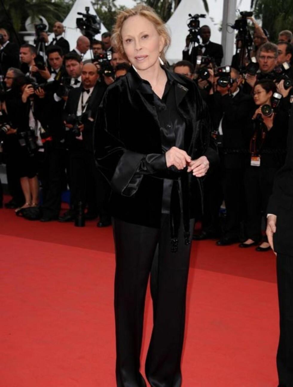 ANDROGYN: Filmikon Faye Dunaway gikk for buksedrakt foran visningen av  «Sleeping Beauty» i Cannes torsdag.   Foto: Stella Pictures