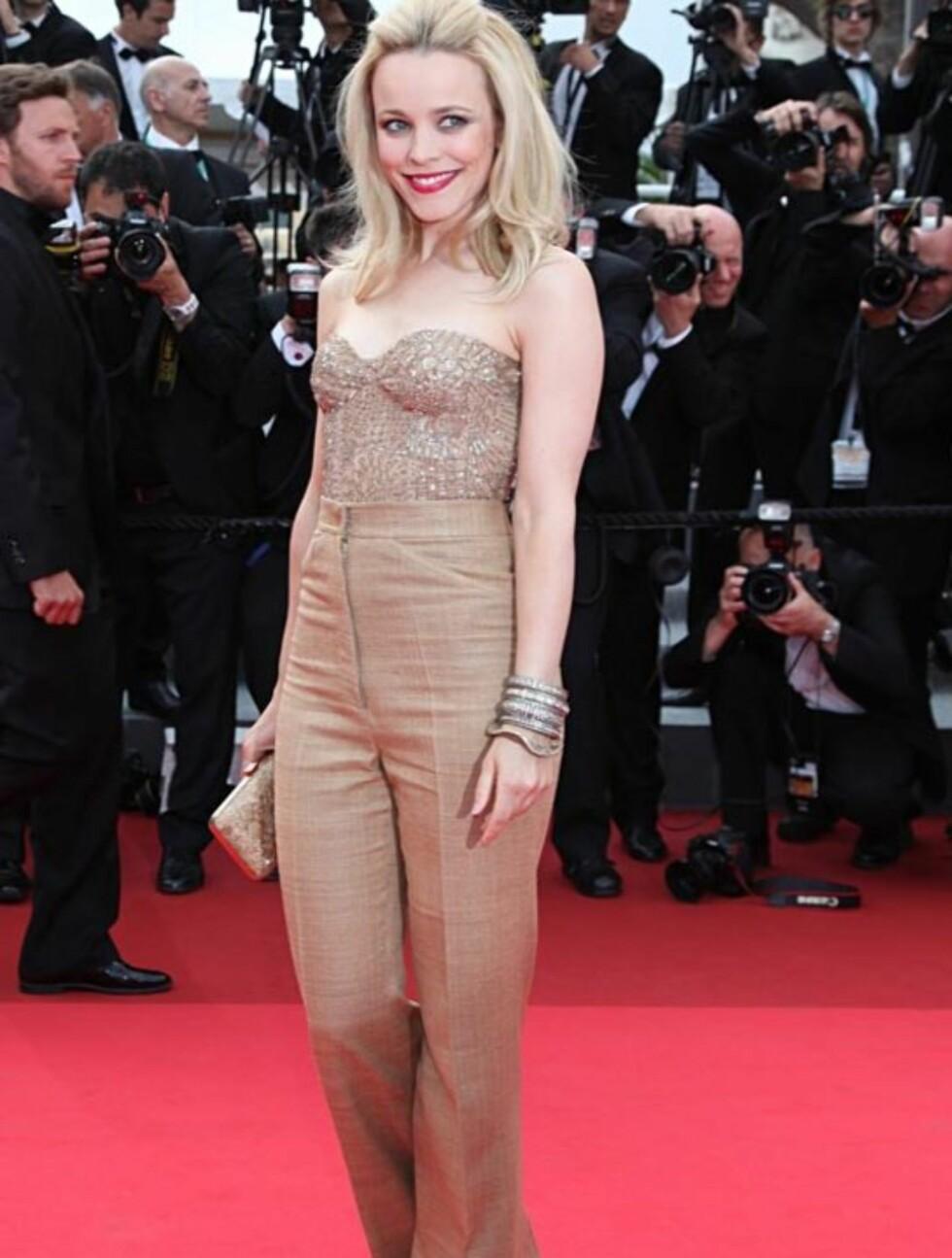 UTRADISJONELL: I likhet med Faye Dunaway valgte skuespiller Rachel McAdams bukser på den røde løperen i Cannes torsdag. Antrekket er fra kjendisfavoritt Monique Lhuillier. Foto: Stella  Pictures
