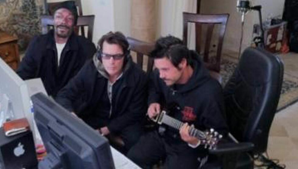<strong>BLIR PLATEARTIST:</strong> Charlie Sheen under innspillingen av låten «Winning» sammen med Snoop Dogg og Rob Patterson. Foto: Stella Pictures