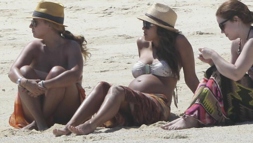 <strong>MED VENNER:</strong> Filmstjernen slappet av på stranden med venner. Foto: Stella Pictures