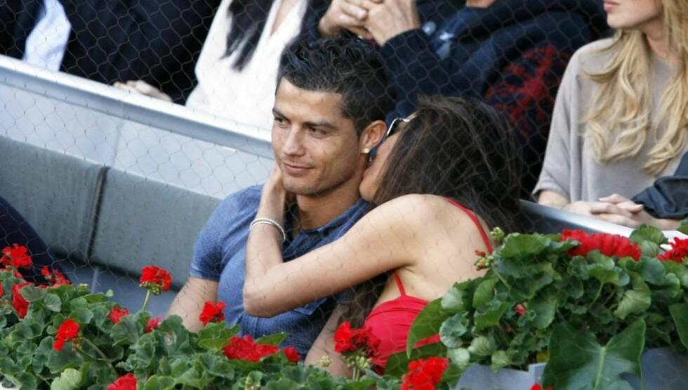 KYSS, KLAPP OG KLEM: Irina Shayk fokuserte mer på kjæresten Cristiano Ronaldo enn tennis-finalen i turneringen Spanish Open. Foto: Stella Pictures