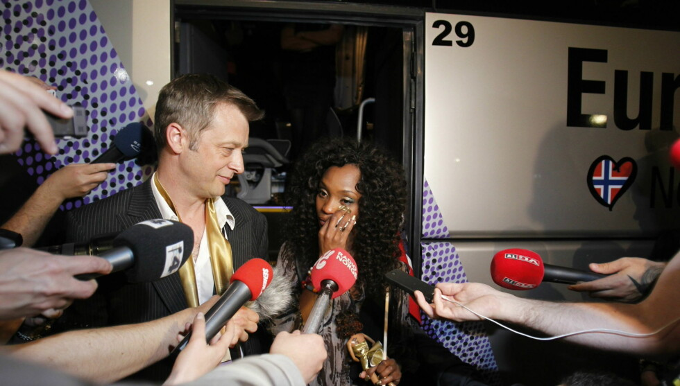 <strong>FØLELSESLADET:</strong> Alle ville ha en bit av Stella Mwangi etter at hun hadde røket ut av Eurovision i Düsseldorf tirsdag kveld. Da kom tårene hos 24-åringen. Foto: SCANPIX