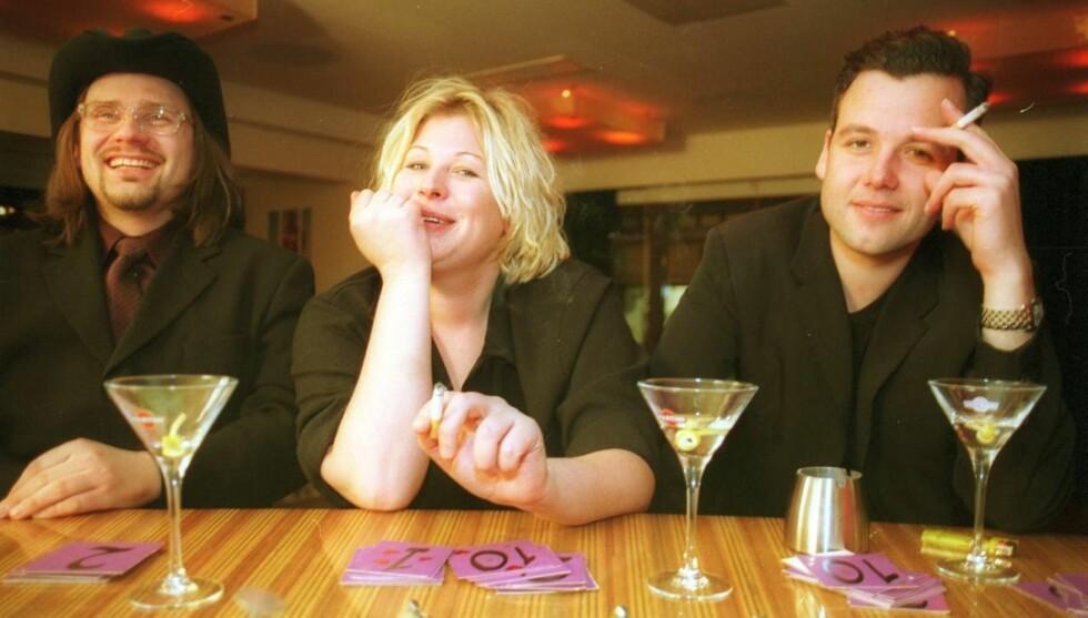 <strong>HEFTIGE RYKTER:</strong> - Det er vanskelig for dere å skille komikeryrket fra det private, sier Anne-Kat. Hærland, som hevder hun aldri har vært sammen med Ari Behn, til Seher.no. Dette bildet er hentet fra 2001, da Ari, Anne-Kat. og Per Heimly drakk drinker p Foto: Aftenposten/Scanpix