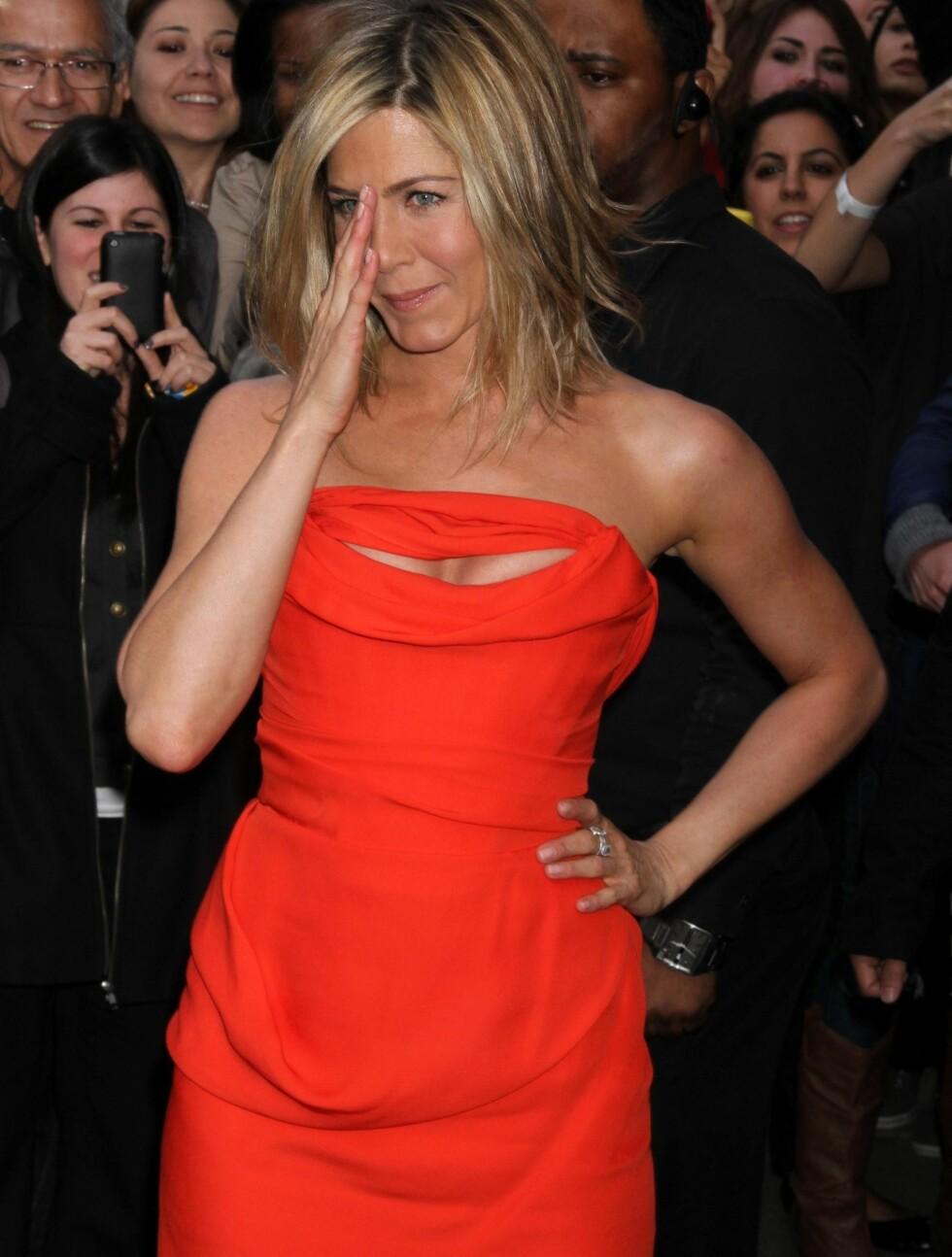 <strong>NØYTRAL:</strong> Vanligvis går Jennifer i nøytrale farger og kjoler som ikke avslører for mye. Nå viste hun kløft i en knallrød kjole. Foto: Stella Pictures