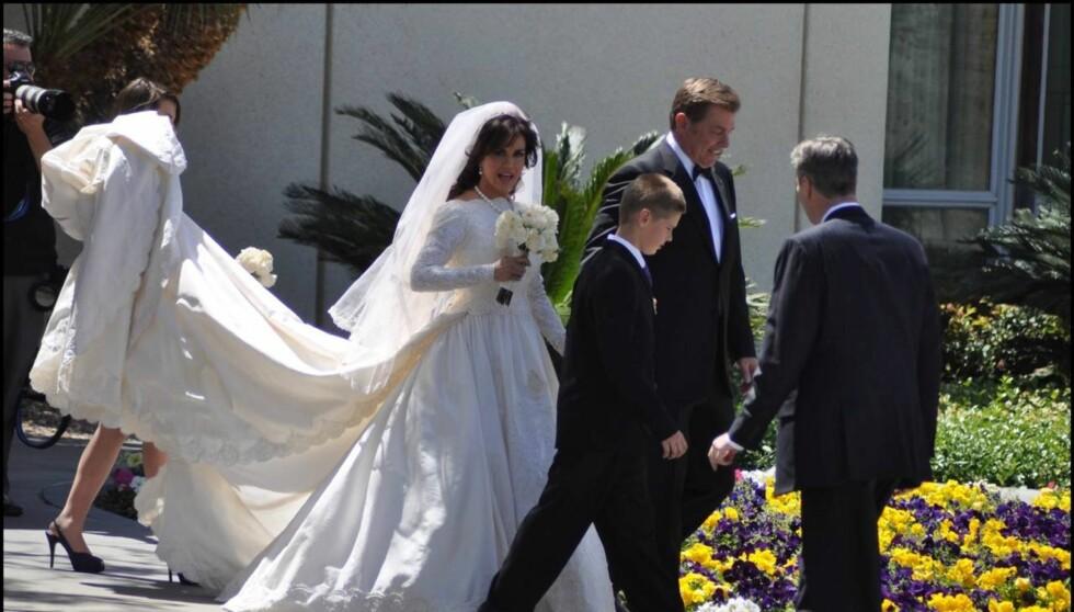 HER KOMMER BRUDEN: Det var en stolt Marie Osmond, som sa ja til sin eks-mann Stephen Craig for andre gang i sitt liv onsdag. Foto: All Over Press