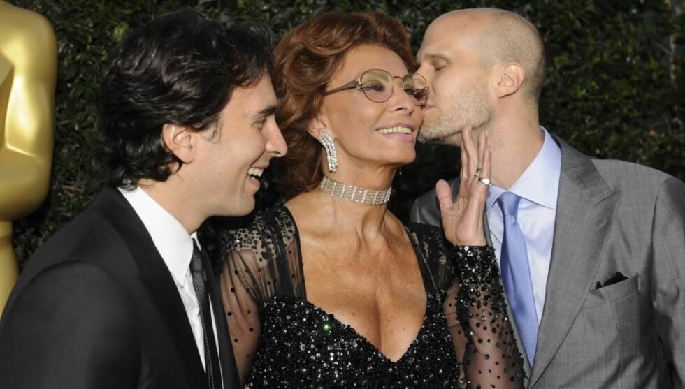 <strong>HYLLET AV SØNNENE:</strong> Sophia Loren ble gratulert av sønnene Carlo Ponti, og Edoardo Ponti da hun onsdag ble hedret av filmbransjen i Hollywood for sin lange karriere foran kamera. Foto: All Over Press