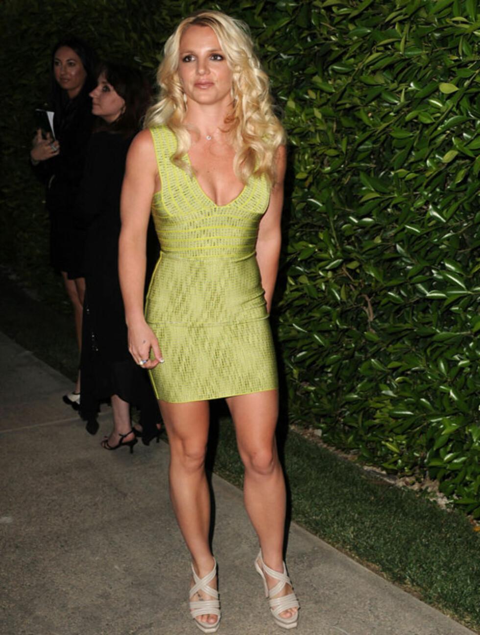 <strong>HEIT:</strong> Britney Spears poserte villig i sin kroppsnære kjole under veldedighetsfesten tidligere denne uken. Foto: All Over Press