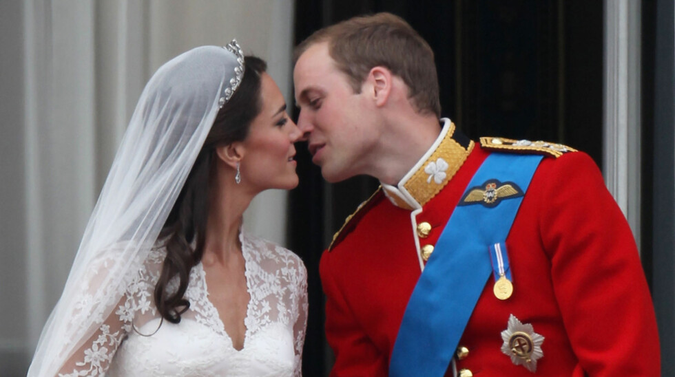 FLØRTENDE OG FORELSKET: Prins William, hertug av Cambridge og Catherine, hertuginne av Cambridge, så svært forelsket ut da de kysset, smilte og flørtet på Buckingham Palace-balkongen fredag ettermiddag. Der mottok de nygifte jubelbruset fra folkemeng Foto: All Over Press