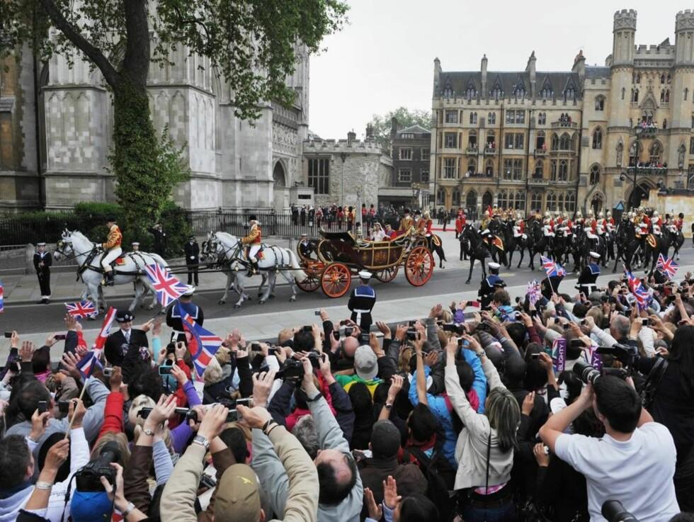 <strong>KORTESJE:</strong> Turen fra Westminister Abbey ble en eneste lang parademars for William og Kate.