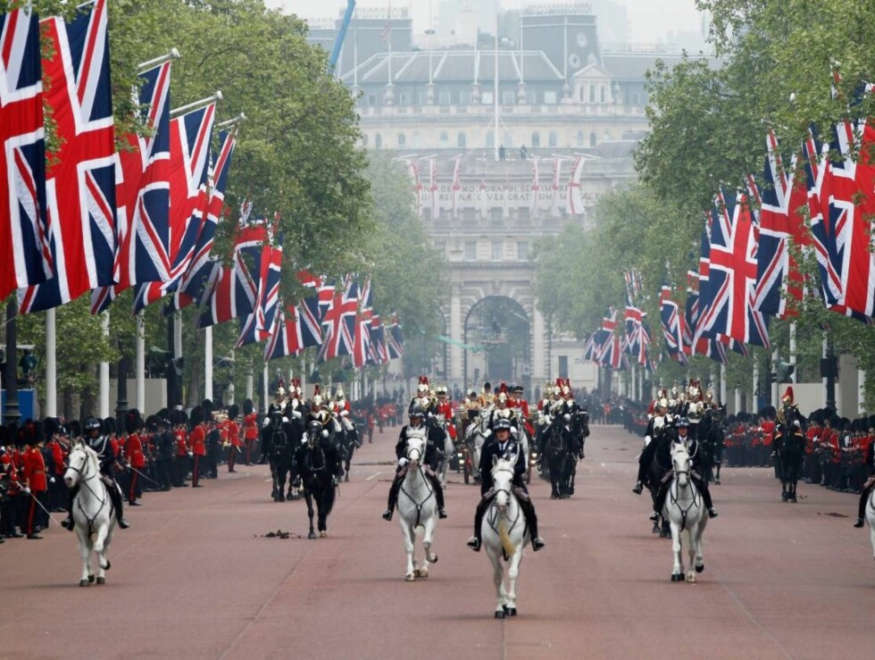 <strong>MILITÆRPARADE:</strong> Flere militærkompanier hedret William og Kate under prosesjonen mot Buckingham Palace.