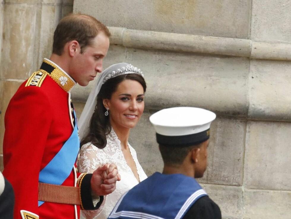 <strong>MØTTE FOLKET:</strong> Det var en tydelig lettet Kate Middleton som sammen med sin William møtte folket på balkongen til Buckingham Palace fredag.
