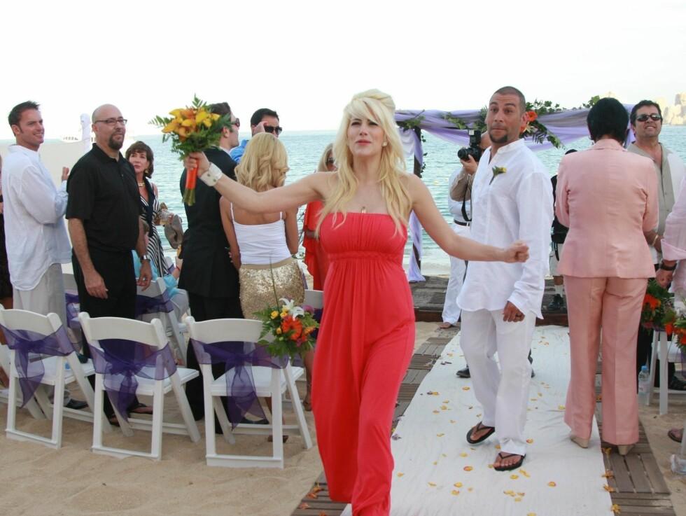 <strong>ELDRE ENN BRUDEN:</strong> Skuespillerens eldste datter, Shayne (25), som for tiden er gravid med sitt første barn, var også tilstede under vielsen på stranden. Foto: Black Sheep/FLS