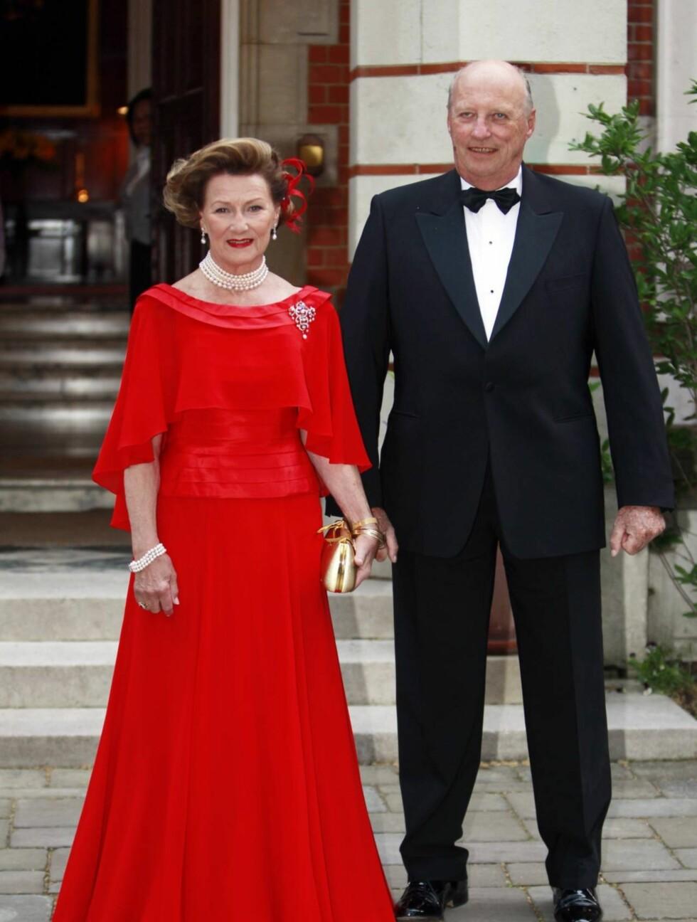 PÅ FEST I RØDT: Dronning Sonja og Kong Harald. Foto: Scanpix
