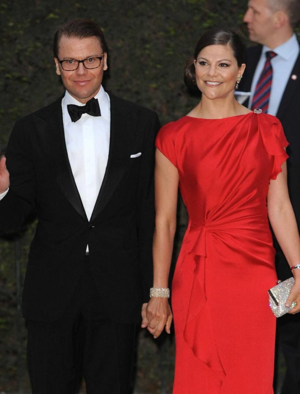 PÅ FEST I RØDT: Sveriges kronprinsesse Victoria med ektemannen prins Daniel. Foto: Stella Pictures