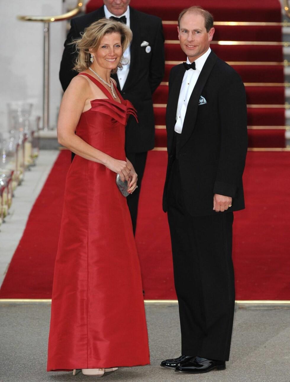 PÅ FEST I RØDT: Britiske prins Edward og kona Sophie Rhys-Jones. Foto: Stella Pictures