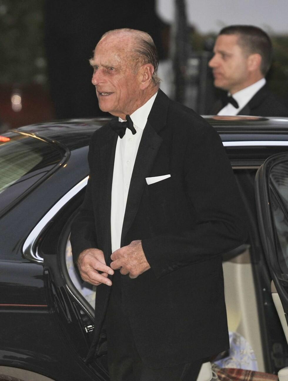 PÅ FEST: Britiske prins Philip ankommer festen i forkant av bryllupet til sitt barnebarn prins William. Foto: Stella Pictures