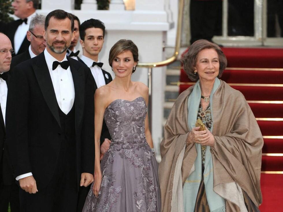 PÅ FEST: Dronning Sofia av Spania, kronprins Felipe og hans kone Letizia. Foto: Stella Pictures
