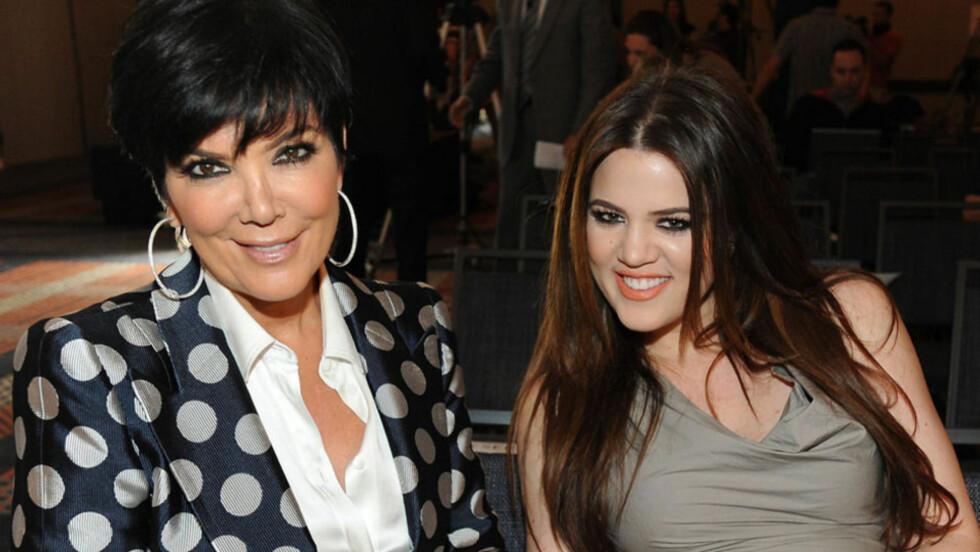 <strong>VIL BLI BESTEMOR:</strong> Kristen Jenner (t.v) har så lyst på flere barnebarn at hun gjør sitt ytterste for at datteren Khloé Kardashian Odom skal bli gravid. Her er de to avbildet sammen på en event i Los Angeles i april.  Foto: All Over Press