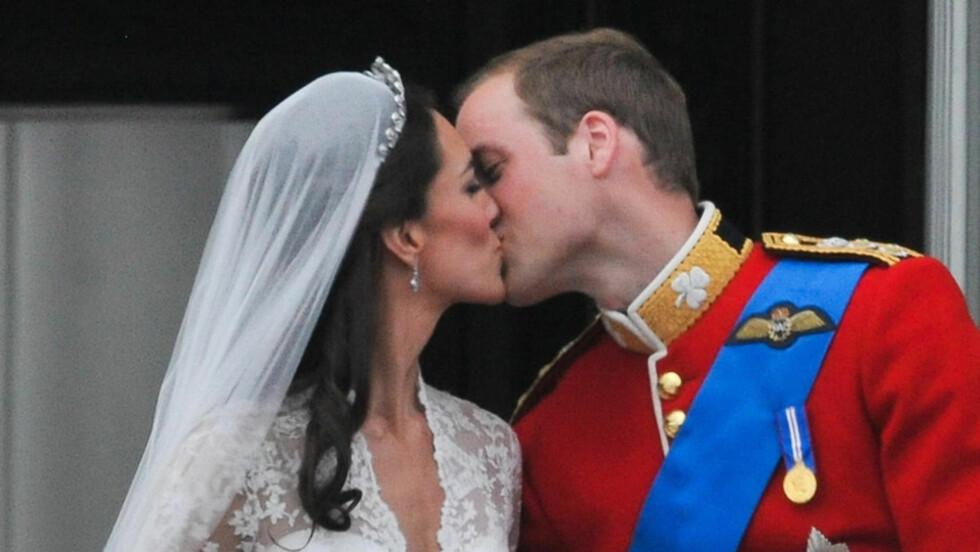 <strong>FOR STIVT?:</strong> Mange mener at kyssene mellom prins William og hans Catherine vitner om forelskelse og en lykkelig fremtid for paret. Andre er derimot av den oppfatning at brudeparet burde sluppet seg mer løs på slottsbalkongen fredag...  Foto: Stella Pictures