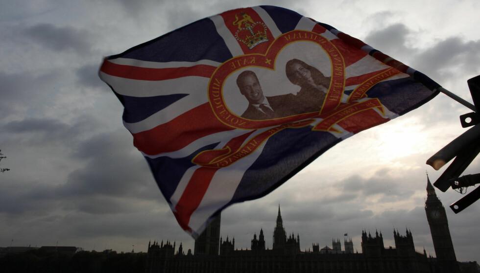 VAIER I VINDEN: Et flagg med ansiktene til prins William og Kate Middleton blafrer i vinden over London foran den store dagen.  Foto: Reuters