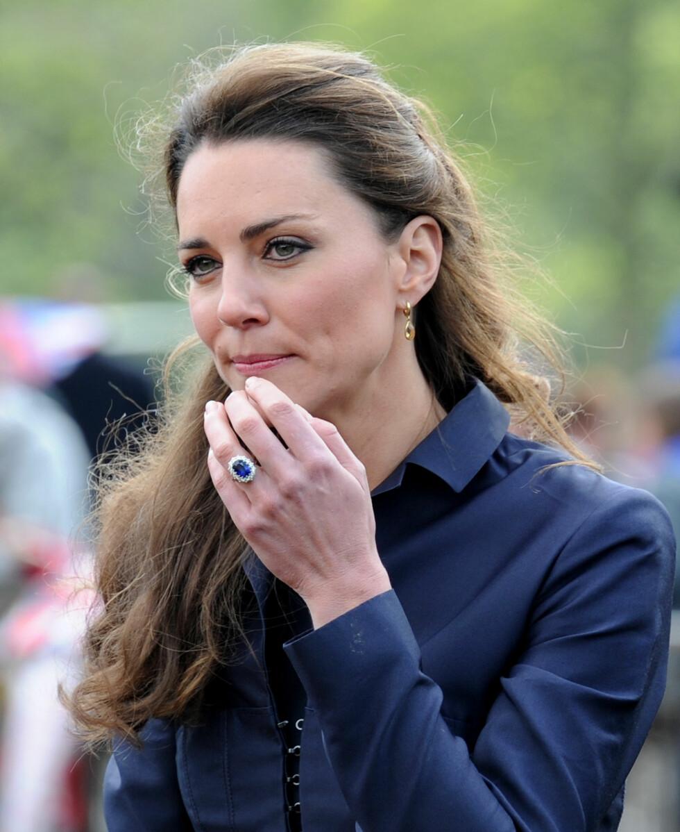 <strong>MED DIANAS RING:</strong> Da paret forlovet seg, ga William sin mors gamle forlovelsesring til Kate. Den er oval med blåfarget 18-karats safir og diamanter. Foto: All Over Press