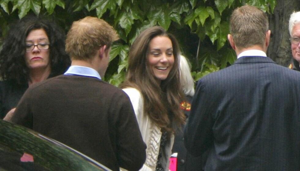 <strong>SMILER OG LER:</strong> Kate Middleton var i svært godt humør da hun torsdag kom til Westminster Abbey for den siste gjennomgangen før bryllupet. Prins Harry var også med i kirken.  Foto: All Over Press