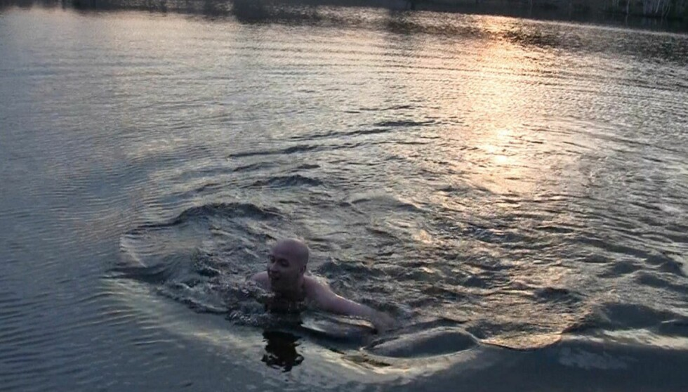 <strong>KALD FORNØYELSE:</strong> Terje Sporsem måtte ut å svømme i det iskalde vårvannet i Nordmarka for å være speiderskjerfet verdig. Foto: Flykninghjelpen