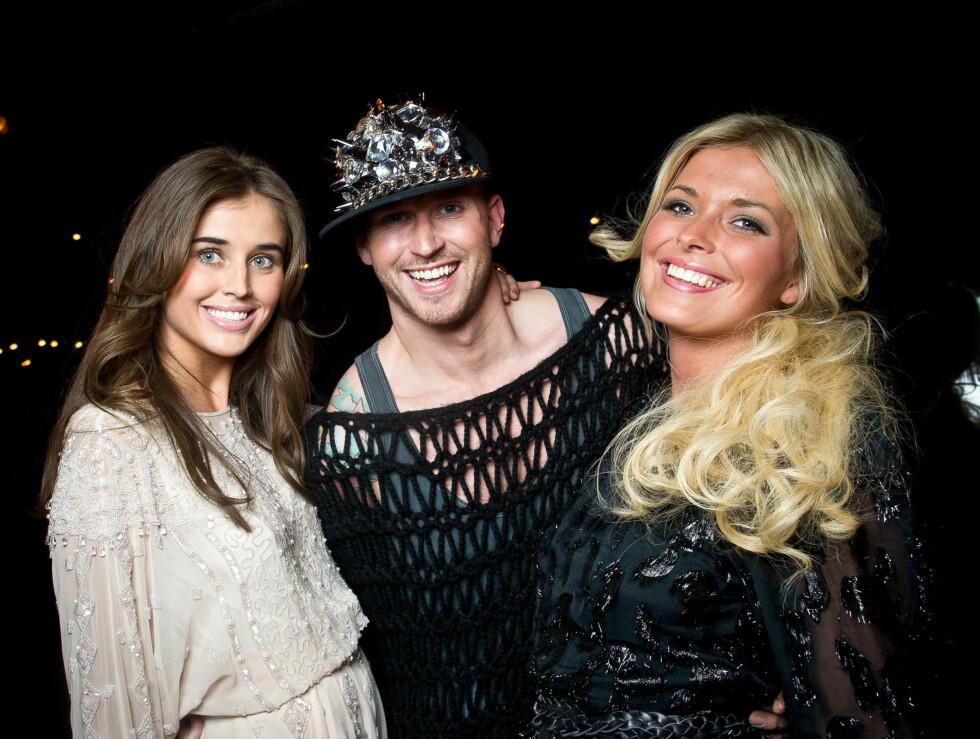 ELSKER TV: Storm Pedersen med Top Model-deltagerne Darja Barannik og Eirin Thuli. - Jeg elsker å være på TV, sier stylisten til Seher.no. Foto: Stella Pictures
