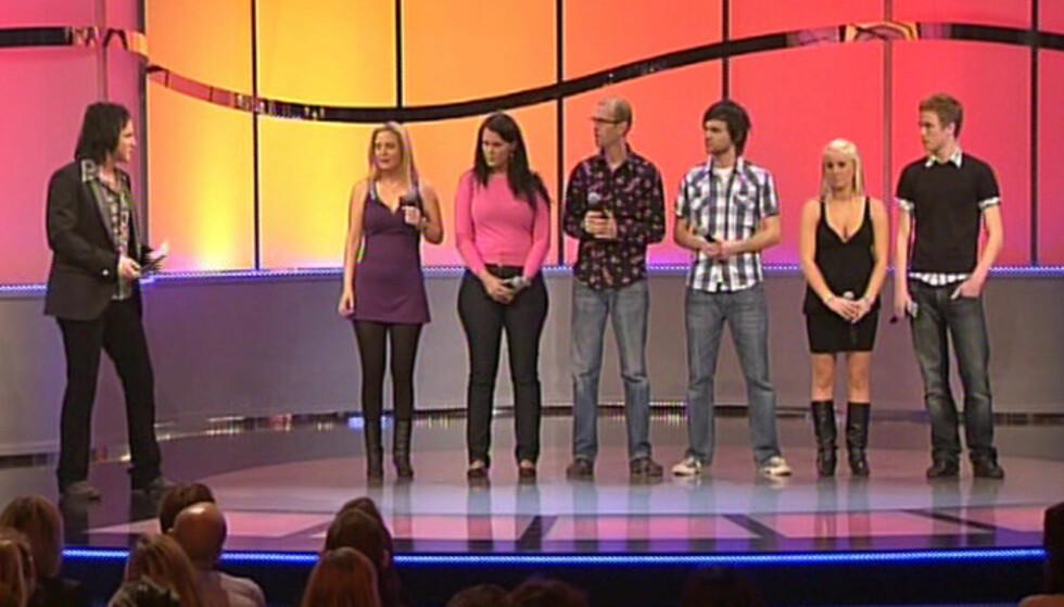 PRØVDE SEG SOM TV-SANGER: Slik så det ut da «Paradise Hotel»-deltakeren Marius Hagen (ytterst til høyre) prøvde seg i sangkonkurransen «Singing Bee» på TV3 i 2008. Til venstre for ham står Thea Bråten Christensen, som også har vært med i «Pa Foto: TV3