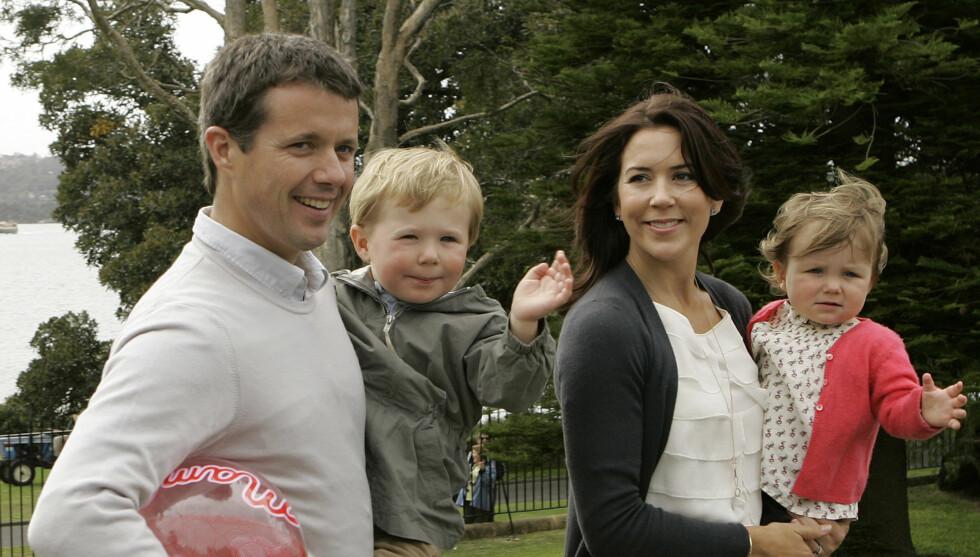 NY SKANDALE: Hverken kronprins Frederik eller kronprinsesse Mary har hittil kommentert partyvideoen som skaper storm i Danmark. Her er de med barna Christian og Isabella. Foto: AP