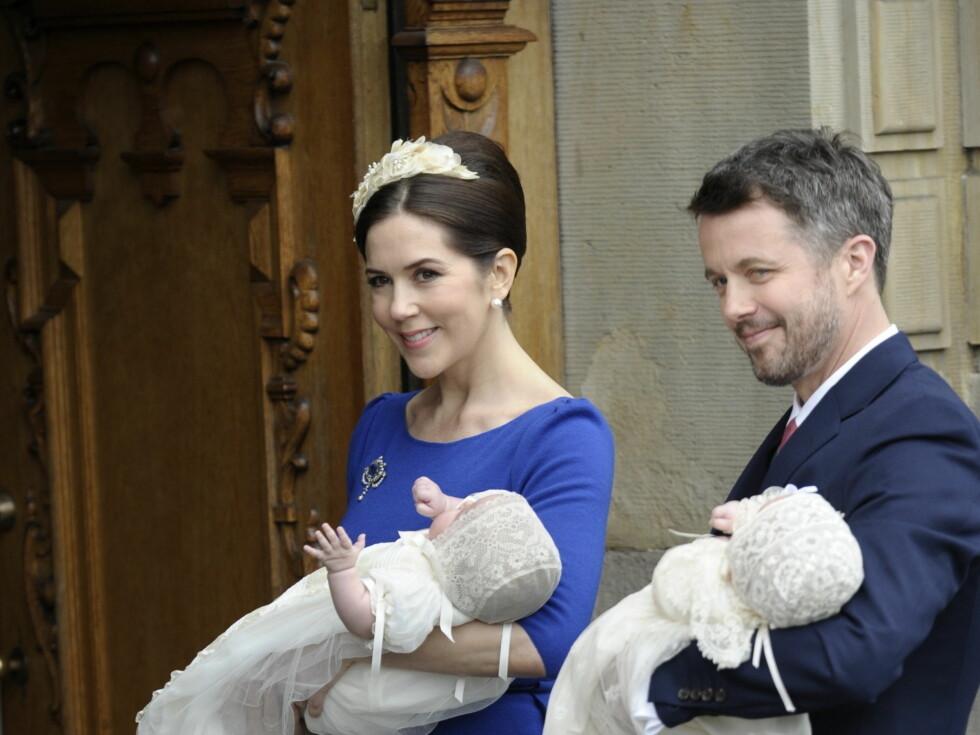 STOLTE FORELDRE: Kronprins Mary og kronprins Frederik smilte bredt til fotografene da de møtte dem utenfor kirken torsdag. Foto: Stella Pictures