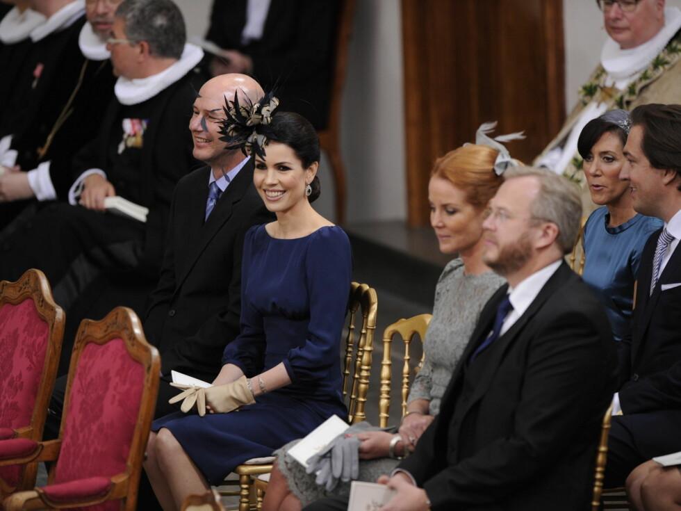 CELEBERT SELSKAP: Gjestene hadde trukket i sin fineste stas for å hylle de kongelige tvillingene. Her er en av fadderne, baronesse Helle Reedtz-Thott i blått. Foto: Stella Pictures